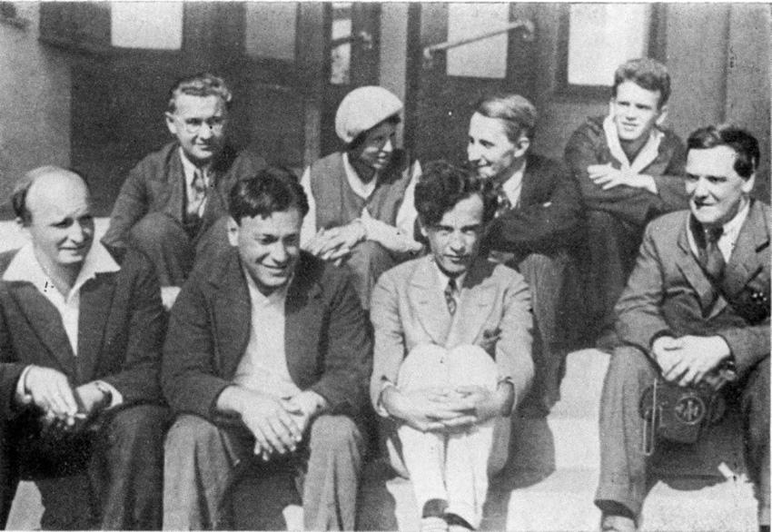 Группа ученых атомного проекта у входа в УФТИ