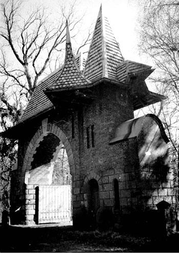 Въездные ворота в имении П.И. Харитоненко «Натальевка»